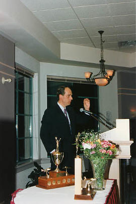 Arne Olson speaking at an aviation banquet