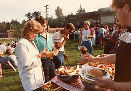 Students at a picnic duirng O-Week